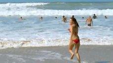 4. Леа Сейду бегает по пляжу в купальнике – Строго на юг