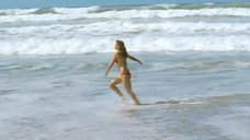 5. Леа Сейду бегает по пляжу в купальнике – Строго на юг