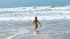6. Леа Сейду бегает по пляжу в купальнике – Строго на юг