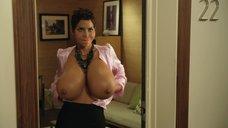 1. Очень большие сиськи Холли Берри – Муви 43