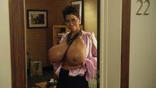 2. Очень большие сиськи Холли Берри – Муви 43