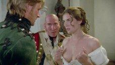 Элизабет Херли демонстрирует свою грудь