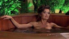 Фабиана Уденио принимает ванну