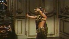 1. Индийский танец полуголой Орнеллы Мути – Идеальное место для убийства
