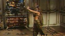 2. Индийский танец полуголой Орнеллы Мути – Идеальное место для убийства