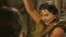 5. Индийский танец полуголой Орнеллы Мути – Идеальное место для убийства
