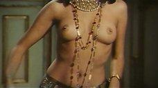 9. Индийский танец полуголой Орнеллы Мути – Идеальное место для убийства
