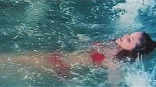 Орнелла Мути купается в море