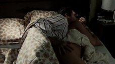 Орнеллу Мути ласкают в постели