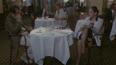 Орнелла Мути снимает чулки в ресторане