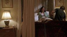 2. Анджелине Джоли делают перевязку раны на груди – Изображая Бога