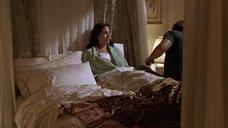 3. Анджелине Джоли делают перевязку раны на груди – Изображая Бога