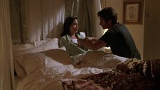 Анджелине Джоли делают перевязку раны на груди