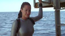 11. Анджелина Джоли в обтягивающем аквалангическом костюме – Лара Крофт: Расхитительница гробниц 2 – Колыбель жизни