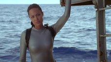 6. Анджелина Джоли в обтягивающем аквалангическом костюме – Лара Крофт: Расхитительница гробниц 2 – Колыбель жизни
