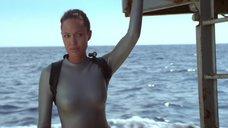 9. Анджелина Джоли в обтягивающем аквалангическом костюме – Лара Крофт: Расхитительница гробниц 2 – Колыбель жизни