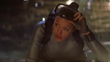 1. Шикарная грудь Анджелины Джоли – Лара Крофт: Расхитительница гробниц 2 – Колыбель жизни