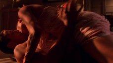 19. Сексуальная сцена с Анджелиной Джоли – Лара Крофт: Расхитительница гробниц 2 – Колыбель жизни