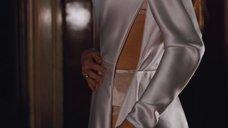 4. Анджелина Джоли снимает платье – Турист