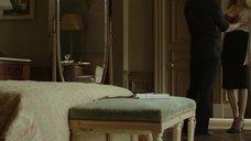 Анджелина Джоли в красном лифчике