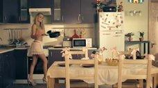 3. Анна Хилькевич в лифчике и Настасья Самбурская в полотенце – Универ. Новая общага