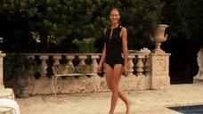 Келли Линч в черном купальнике