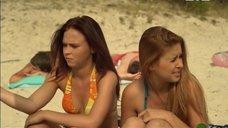 12. Марина Сердешнюк и Анна Кошмал спят на пляже – Сваты 6