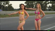 Марина Сердешнюк и Анна Кошмал ловят машину в купальниках