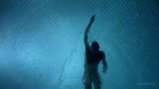 1. Обнаженная Келли Линч плавает в бассейне – Город мечты