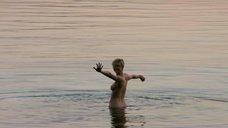 Элизабет Дебики купается обнаженной в море