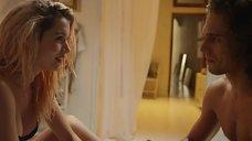 16. Ана де Армас в лифчике – За пригоршню поцелуев