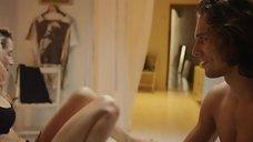 17. Ана де Армас в лифчике – За пригоршню поцелуев