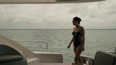 Райли Кио в черном купальнике