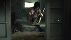 Кристен Стюарт в черных трусиках с гитарой