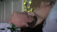 3. Постельная сцена с Каей Скоделарио – Молокососы
