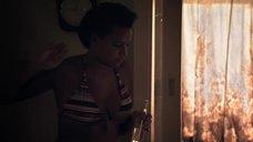 2. Лайя Льюис в купальнике – Молокососы