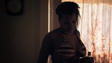 3. Лайя Льюис в купальнике – Молокососы