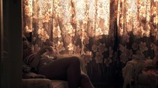 4. Лайя Льюис в купальнике – Молокососы