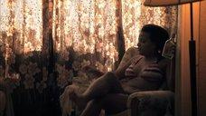 5. Лайя Льюис в купальнике – Молокососы