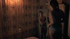 1. Лайя Льюис рассматривает себя в зеркале – Молокососы