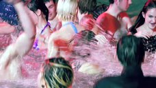 5. Девушки в купальниках развлекаются в бассейне – Молокососы