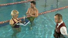 Заигрывание с Нонной Гришаевой в бассейне