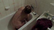 Тува Новотны принимает ванну