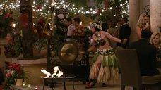 Люси Лоулесс в гавайском наряде