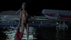 Сексапильная Энн Хеч купается в озере