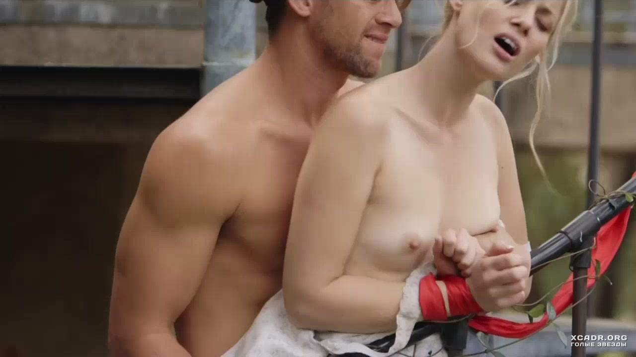 Шарлотта Росс без трусиков в эпизоде из телесериала «Полиция Нью-Йорка»