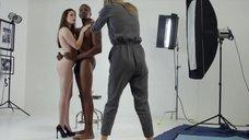 Полностью голая Кэйси Кэлверт позирует перед фотографом
