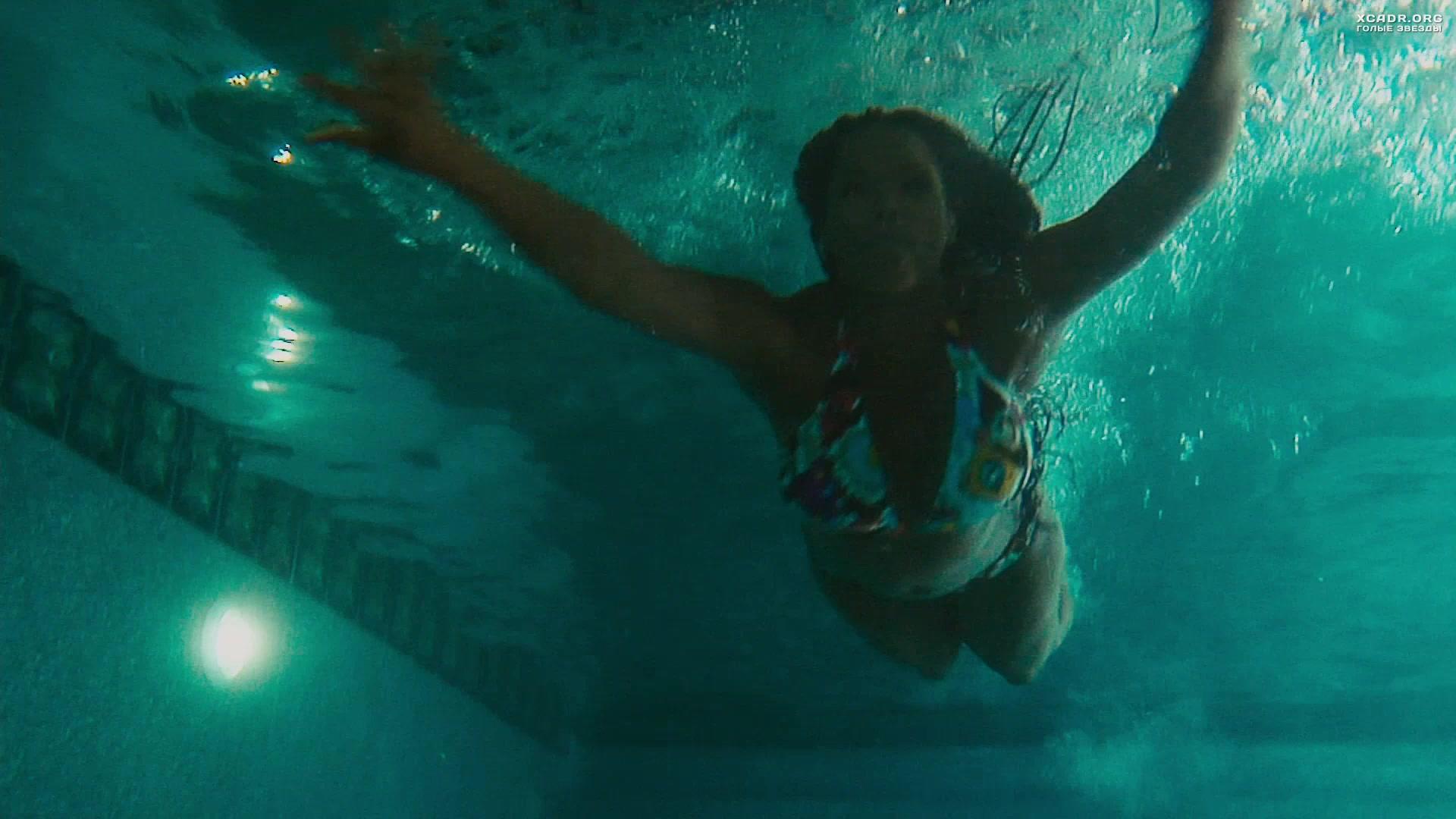 Голая плавает в бассейне