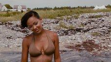 Соблазнительная Миган Гуд в купальнике