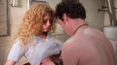 Наташу Лионн лапают за грудь